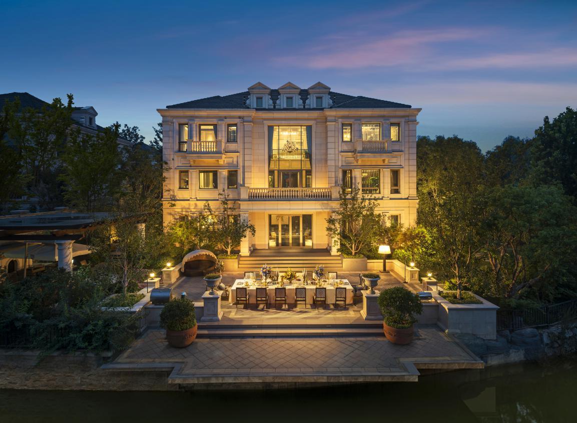 小镇内所有别墅建筑均为欧式纯独栋设计,配套大面积自然生态景观,及
